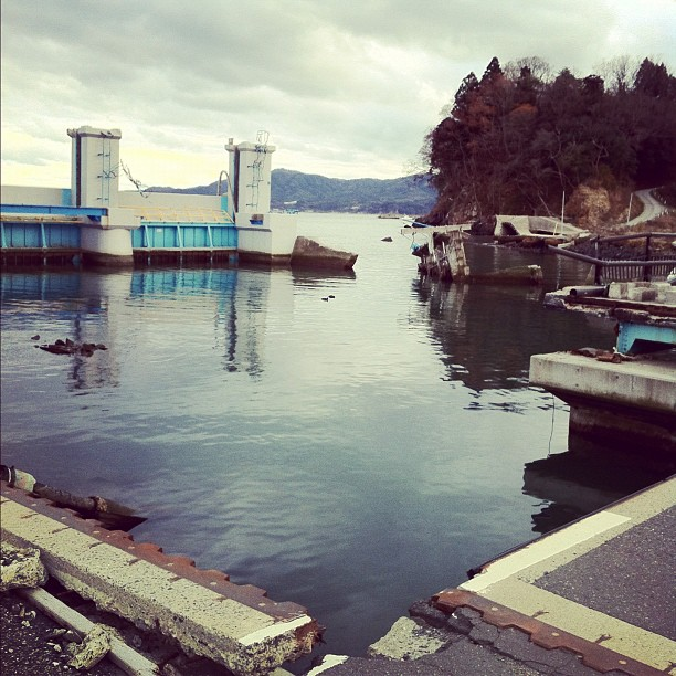 Le calme de l'eau contraste avec l'effroi des dégâts engendrés par le tsunami…