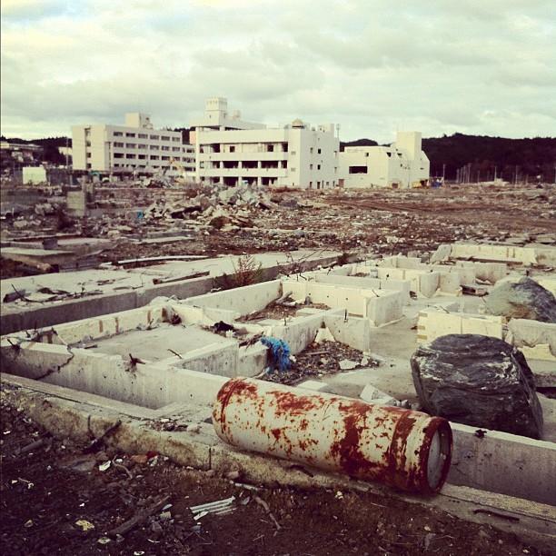 En longeant la côte du Tohoko je n'arrive pas à comprendre comment un tsunami peut détruire les structures de béton…