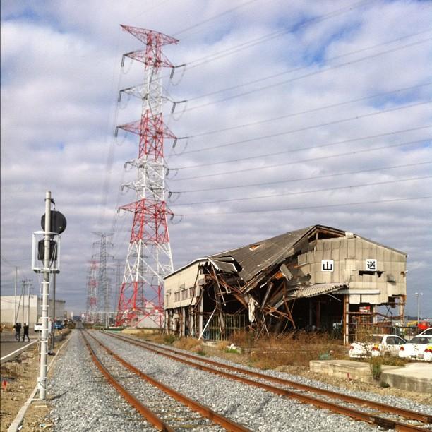 Impressionnant comment à Sendai cohabitent bâtiments détruits et reconstructions… Impressionnant le travail effectué en 8 mois !