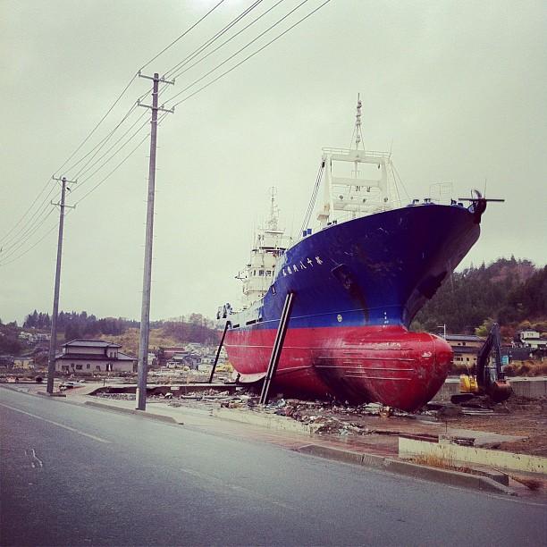 On est à 2Km des côtes le bateau emporté par le tsunami à suivit la route…