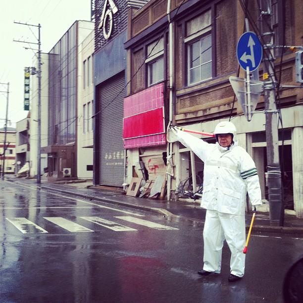 Les feux ayant été détruits, ils sont remplacé par des policiers dans la ville de Kesennuma.
