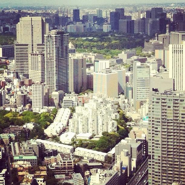 Quelqu'un sait ce que c'est cet ensemble de bâtiments blanc en plein Tokyo ?