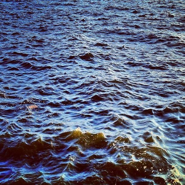 Face à la mer, assis pour le coucher de soleil sur le port d'Osaka