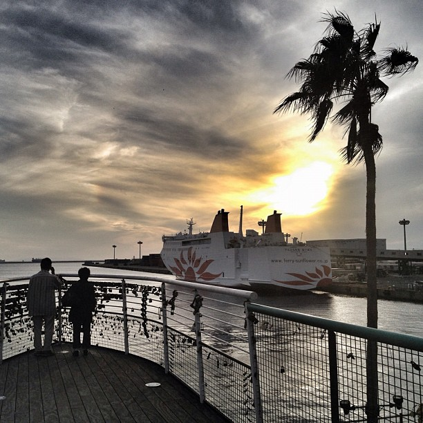 Le soleil se couche sur le port d'Osaka