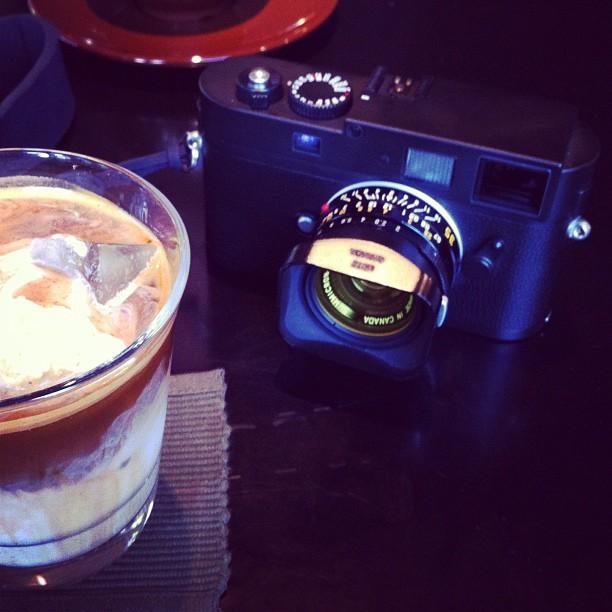 Petit café avec @BPaltretti autour du très bon Leica M Monochrome… J'en voudrais bien un… si Leica me l'offre ;)