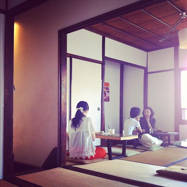 On a des cafés ambiance vieux Japon à Tokyo aussi ! Bon matin à tous ; )