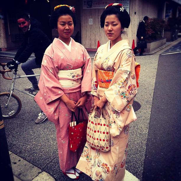 Rencontre avec Itchitomi & Eriha, 2 jolies Maiko… avec @Daniel_VLJ en fond !
