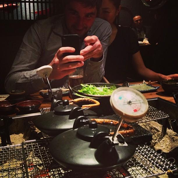 En face de @daniel_vlj, on observe les bouilloires à saké avec thermomètre pour savoir quand c'est chaud !