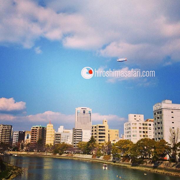 Un dirigeable au-dessus d'Hiroshima. Un bon emplacement pour se faire de la pub :)