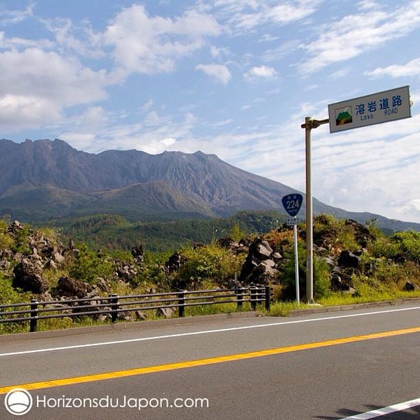 Le volcan de l'île de Sakurajima dans la baie de Kagoshima