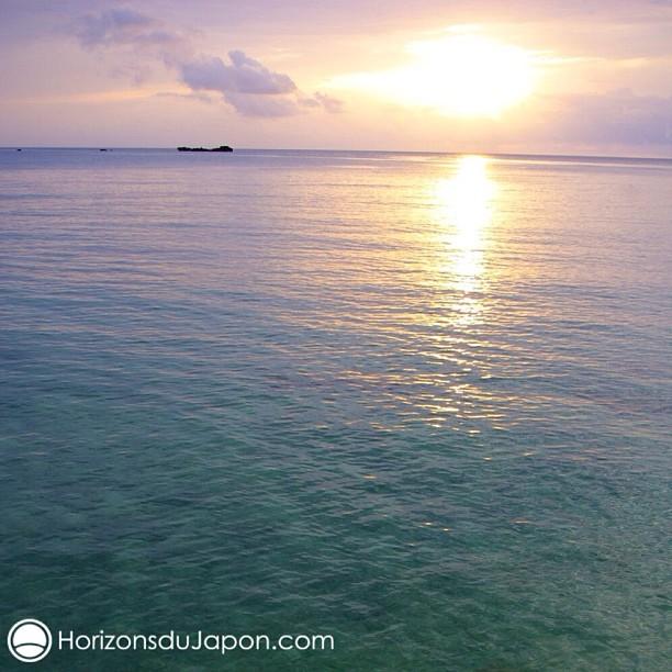 Coucher de soleil sur les reflets laiteux de la mer à Okinawa