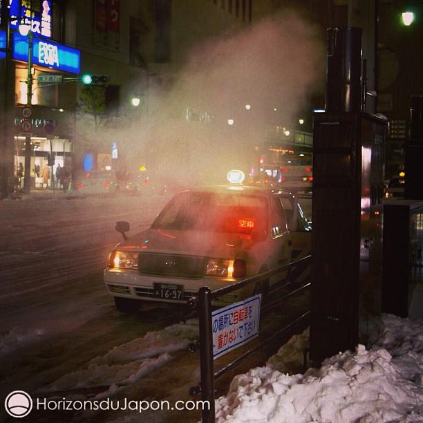 Un taxi nocturne sous la neige