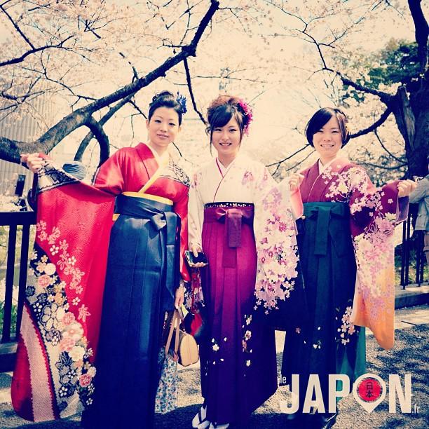 Les Sakura précoces auront permis de faire de jolies photos de jeunes diplômées comme ici avec de droite à gauche : Rie, Mami & Yumi chan