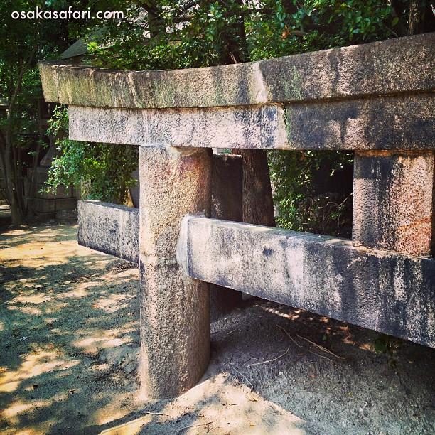 Le Torii enfoui du sanctuaire  Inari de Tamatsukuri