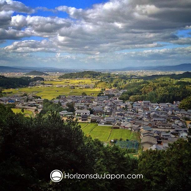 Vue sur les terres d'un pays nommé Yamato