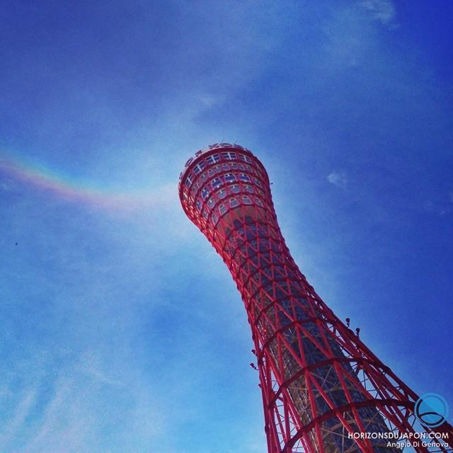 Une vague colorée au dessus de la Kobe Tower