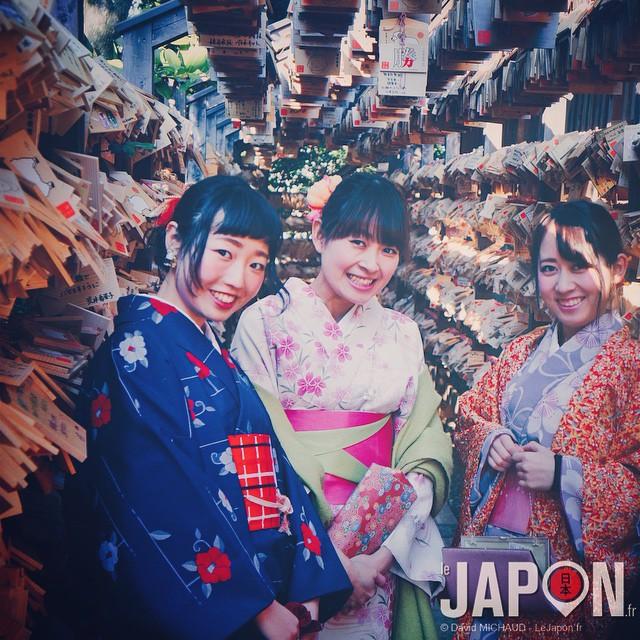 Yumi chan et ses amies vous souhaites une bonne journée ! J'aurais pu leur dire que je les faisais poser dans un couloir de plaquettes Ema dédiées à une bonne grossesse