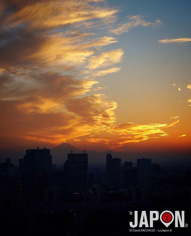 Couché de soleil bleu blanc rouge sur Tokyo ce soir avec le Fuji san ! Et vous ?