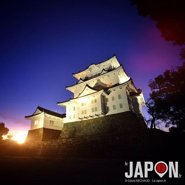 Château d'Odawara by night ! 😙 Vous pouvez comparer avec @horizonsdujapon (qui a inspiré la photo) @geoffsuteki @loeildutako & @tanukitsuneko @manikenoke