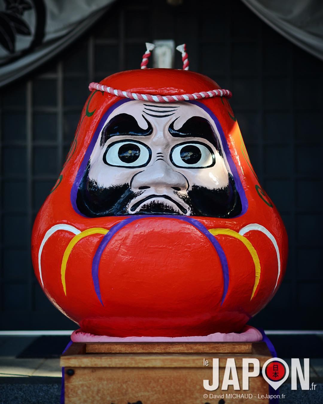 """Le Daruma à l'entrée du Toidarumadera. On n'a pas payé les 500 Yens pour entrer voir """"le plus grand Daruma du Japon"""" car ça faisait un peu piège à touriste (japonais)... #土肥 達磨寺 #Izu #toidarumadera"""