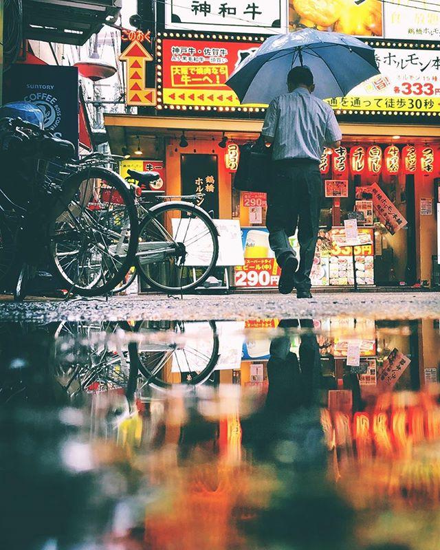 Il pleut depuis si longtemps que j'en ai oublié le soleil. Heureusement que la ville m'illumine.  #osakasafari #japonsafari