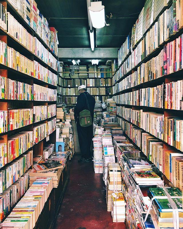 J'adore ces vieilles librairies tenues pas un ancien qui a vu les époques défiler autour de son espace de travail, qui lui est resté figé toutes ces années. #osakasafari #japonsafari  #osaka #大阪 #大阪観光 #discoverosaka  #librairie #ilovejapan