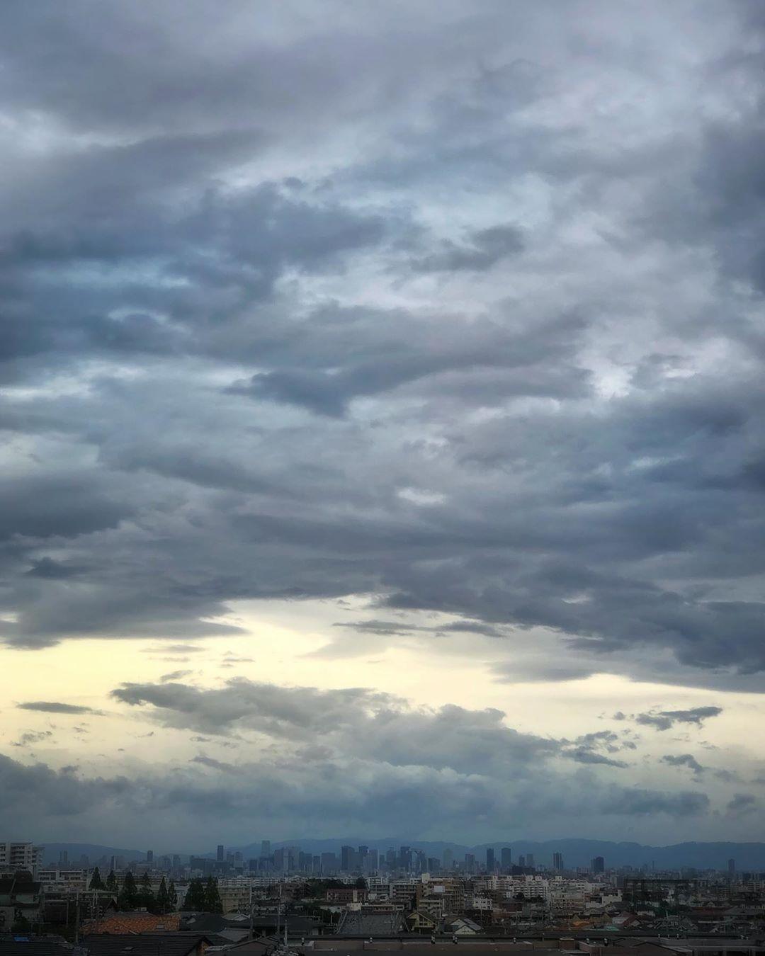 Le typhon approche. Impossible de savoir vraiment à l'avance si ça va être violent ou pas. Alors on attend passivement. On se met à l'abri et on observe la danse de dame nature.