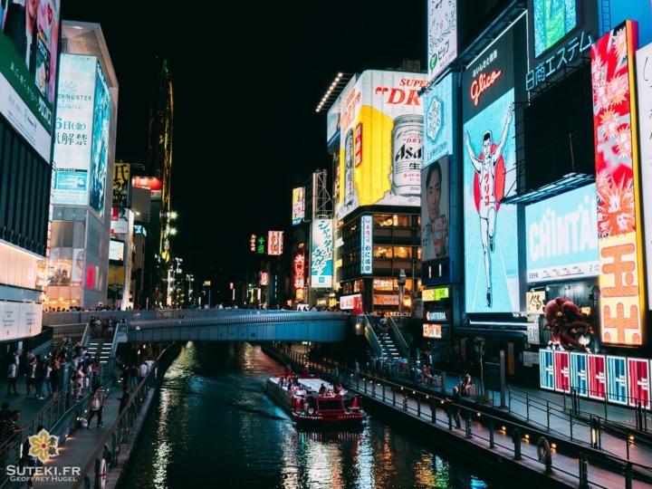 Incontournable à Osaka, Dotonbori est l'un des lieux les plus animés du Japon. Il y a toujours foule, surtout pour prendre la pose du Glicoman, le symbole du quartier !  Avec ses immenses panneaux lumineux, il y fait presque jour la nuit. C'est un peu le Times Square japonais au final, c'est le point central de la ville, toujours en ébullition, où une grosse partie des gens se retrouvent en soirée.  Est-ce que ce vous aimez ce genre d'ambiance ? . . . . . #osaka #osakajapan #osakatravel #discoverjapan #explorejapan #everydayjapan #nightphoto #nightscape #worldplaces #大阪 #大阪旅行 #大阪観光 #道頓堀