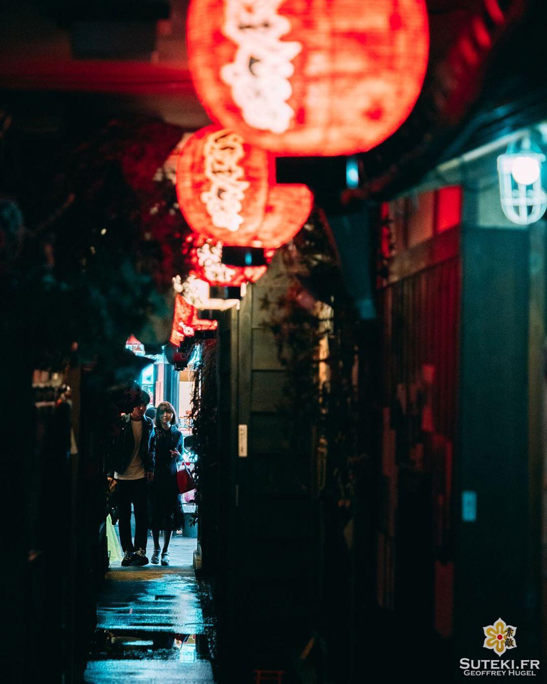 Une petite allée qui fait la connexion entre deux mondes diamétralement opposés, mais qui ne révèle qu'à ceux qui savent bien regarder !  Ces deux là ont visiblement eu le coup d'œil 👀 !! Et vous, vous cherchez les petits passages secrets lors de vos visites ? . . . . . #osaka #osakajapan #osakatravel #discoverjapan #explorejapan #everydayjapan #nightphoto #nightpics #secretplaces #大阪 #大阪旅行 #大阪観光