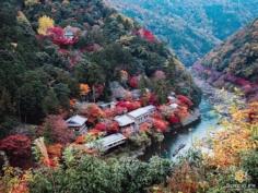 Un de mes endroits préférés à Arashiyama, à deux pas de la forêt de bambous, mais très peu de monde ! Vous y êtes déjà allés ?  Un angle de vue un peu décalé et donc un peu plus original !  C'est probablement le ryokan le plus tranquille de Kyoto ! Accessible en bateau, c'est la classe ! Pas vraiment fait pour aller festoyer au centre-ville le soir !  Vous préférez un endroit isolé et tranquille, ou quelque chose proche du centre pour vos choix d'hôtels en général ? . . #hellofrom Kyoto 京都 🇯🇵 #beautifulkyoto #redleaves #ryokan #fujifilm_xseries #japantravelphoto #autumnvibes #kyototrip #colorsofautumn #そうだ京都行こう