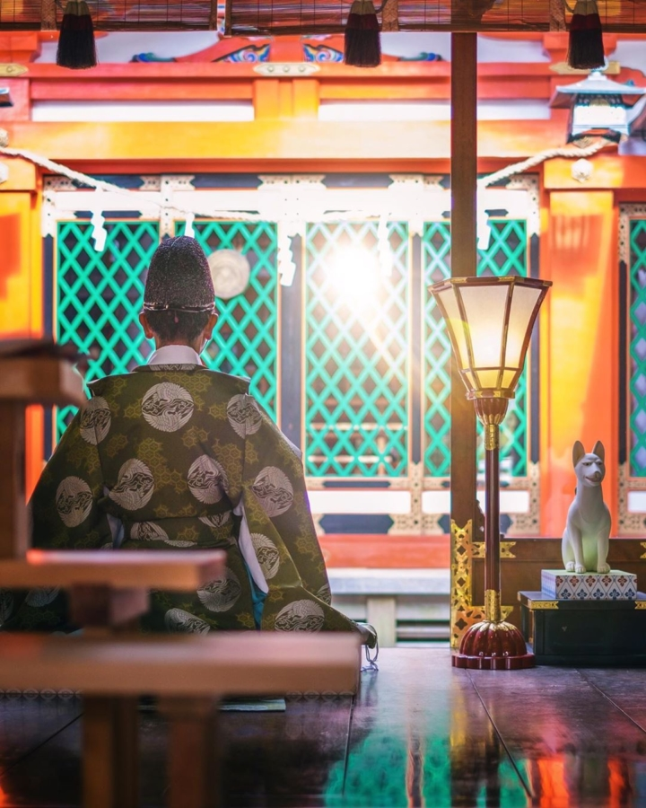 Le grand prêtre kannushi en pleine cérémonie aux côtés de Inari #osakasafari #japonsafari