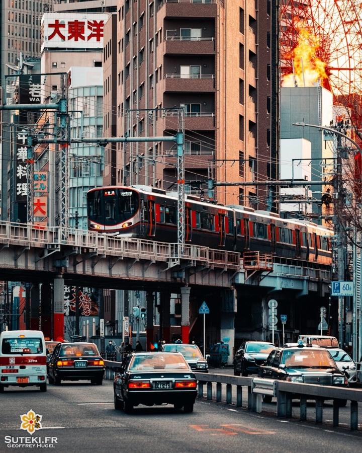Osaka est vraiment un super terrain de jeu pour la photo urbaine ! On se régale à chaque sortie ! 😎  D'ailleurs dites moi un peu si vous êtes plutôt ville/street comme à Osaka ou plutôt temple/jardin comme à Kyoto ? 🤔😉 . Follow for more => @sutekifr . #hellofrom Osaka 大阪 🇯🇵 #amazingosaka #trainpic #osakatravel #compression #japanvibes #lr_moments #dscvr_earth #discoverjapan #everydayjapan #loveosaka #visualsofearth #fujifilm_xseries #kansai #visitjapan #livingonearth #theglobewonderer #lr_vista #TheWeekOnInstagram #hbouthere #CreateExplore