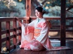 Récemment, j'ai eu l'occasion de faire un shooting photo avec cette charmante demoiselle dans l'une des très nombreuses maisons de thé de Kyoto.  Un exercice que je fais peu, mais que j'ai clairement envie de refaire. Même si le kimono c'est un peu un classique ici, ça le fait toujours bien ! Mais j'aimerai me diversifier sur les modèles également !  Bref, dites moi si vous voulez voir plus de sessions portraits sur mon feed ! . Abonnez-vous pour plus de photos du Japon => @sutekifr . #hellofrom Kyoto 京都 🇯🇵 #amazingkyoto #kyototravel #japanvibes #lr_moments #visitjapanfr #photoshoot📸 #discoverjapan #lovekyoto #teahouse #kimono #kimonolovers #fujifilm_xseries #kansai #visitjapan #lr_vista #TheWeekOnInstagram #hbouthere #CreateExplore #そうだ京都行こう #京都好き