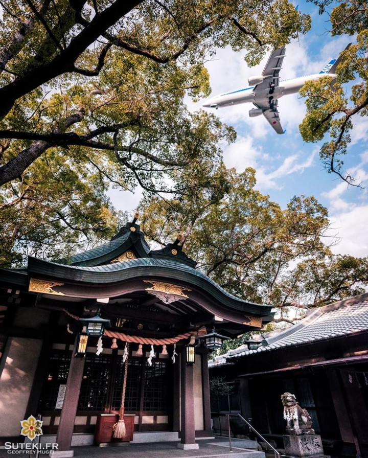 Welcome to Japan !  It would be a great promotional poster, don't you think ? 😁  Ça ferait une bonne affiche promotionnelle, vous ne trouvez pas ? 😁 . Follow for more => @sutekifr . #hellofrom Osaka 大阪 🇯🇵 #amazingosaka #planephotography #discoverer #japanvibes #planepic #osakatravel #lr_moments #dscvr_earth #discoverjapan #everydayjapan #loveosaka #visualsofearth #fujifilm_xseries #kansai #visitjapan #livingonearth #theglobewonderer #lr_vista #TheWeekOnInstagram #hbouthere #CreateExplore #japaneseshrine #大阪 #飛行機写真 @ana.japan
