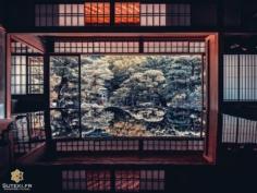 Peaceful Reflection… Un instant de pur calme comme Kyoto sait tellement en offrir ! 😁  Comme souvent quand je suis sur un spot photo, je teste plusieurs cadrages, plusieurs focales, du très grand angle au plan plus serré.  Laquelle de ces trois photos vous semble la plus adaptée à cette scène ? 🤔 . #hellofrom Kyoto 京都 🇯🇵 #amazingkyoto #kyototravel #japanvibes #lr_moments #visitjapanjp #discoverjapan #lovekyoto #fujifilm_xseries #kansai #discoverer #livingonearth #reflectionphotography #lr_vista #TheWeekOnInstagram #hbouthere #CreateExplore #そうだ京都行こう #京都好き