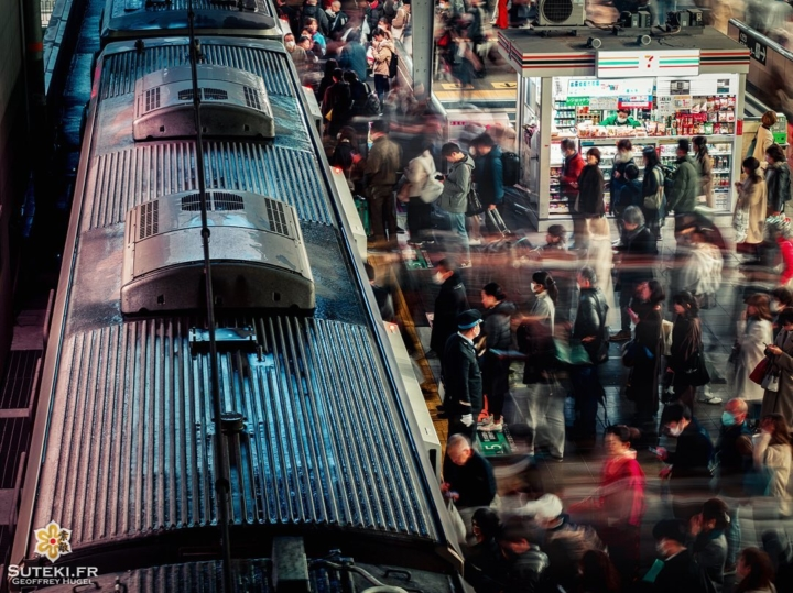 Une pose longue et les flux de mouvements de foule se révèlent !  J'adore cet effet et vous ?  Restez dans le coin, prochaine publication, ce sera enfin les cerisiers ! . Abonnez-vous et partagez ! . #hellofrom Osaka 大阪 🇯🇵 #amazingosaka #trainstagram #getolympus #slowshutter #japanvibes #everydayjapan #lr_vista #osakatravel #japanrailway